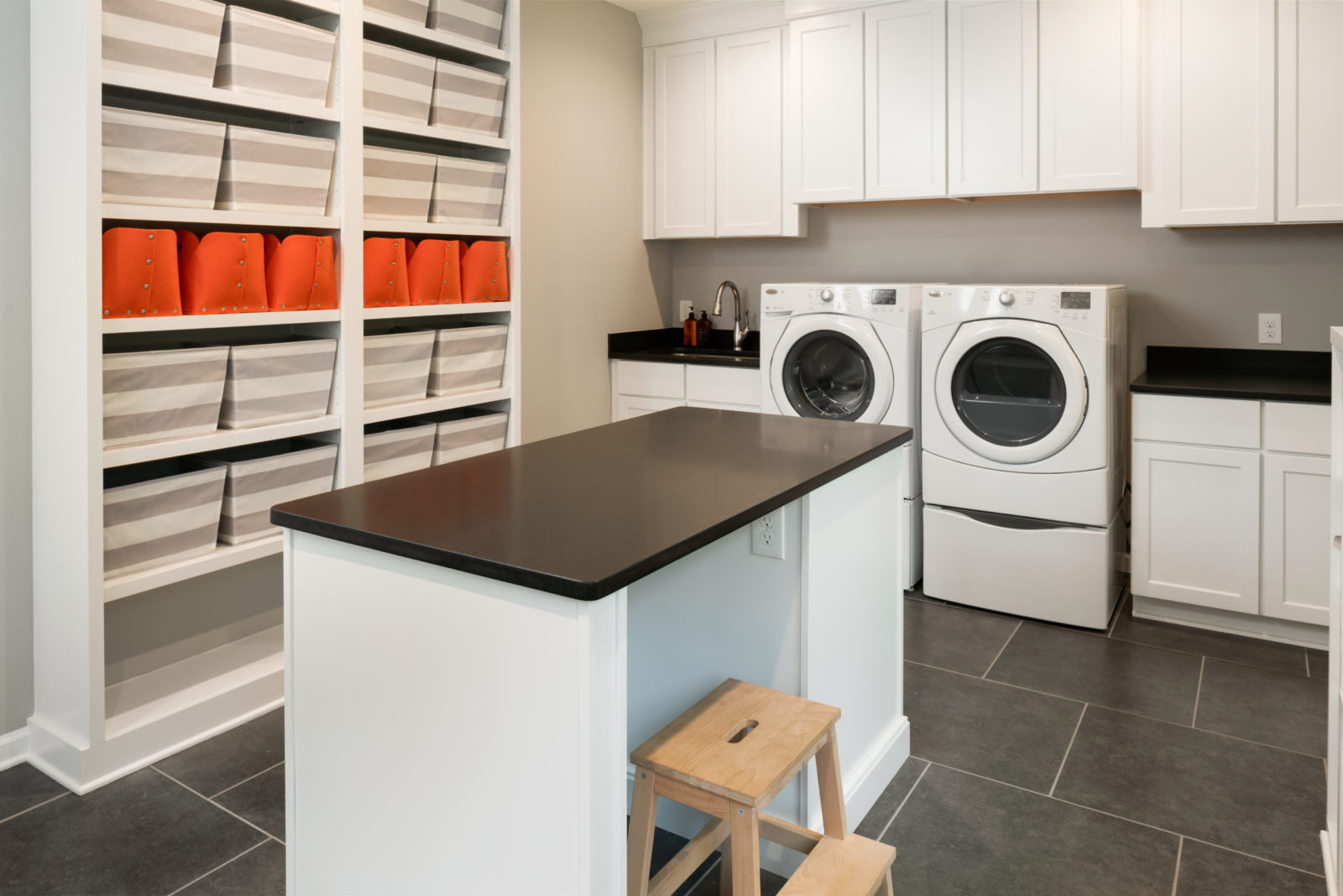 homoe-design-laundry-room-with-island